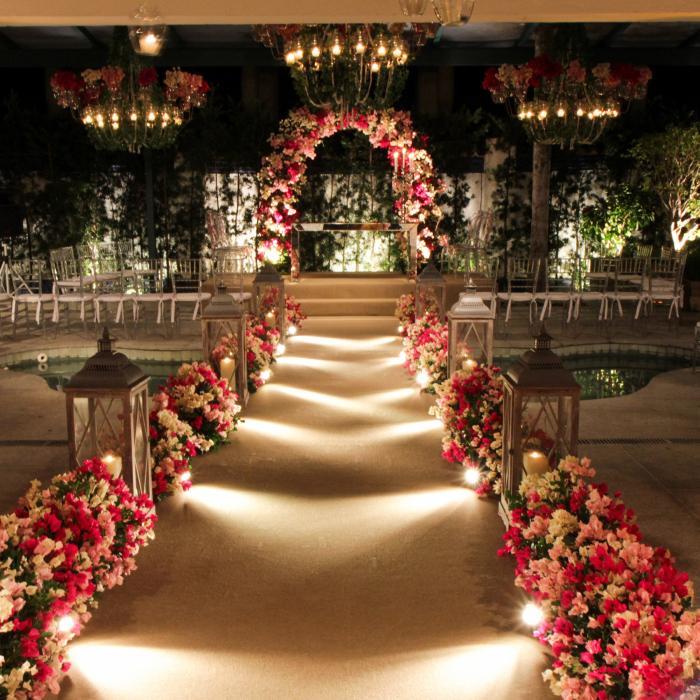 Passarela decorada com flores e iluminada